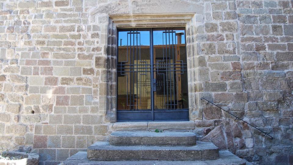 12.08.2016 La porta de la façana de ponent té data del 1567 i el nom de Mestre Francesc  Torà -  Ramon Sunyer