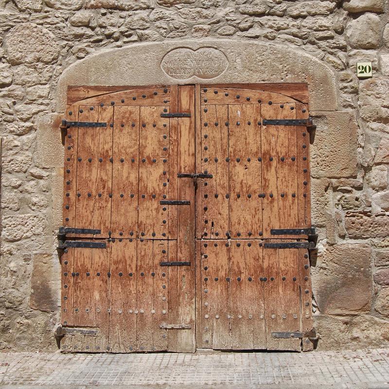12.08.2016 detall porta cal Jovans  Torà -  Ramon Sunyer
