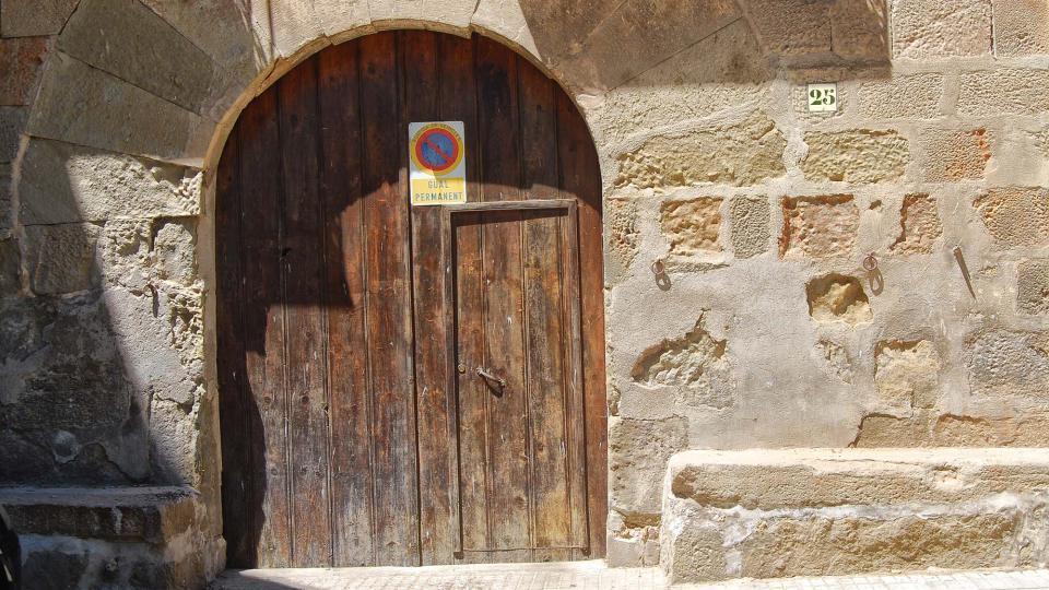 12.08.2016 detall porta cal Guatlles  Torà -  Ramon Sunyer