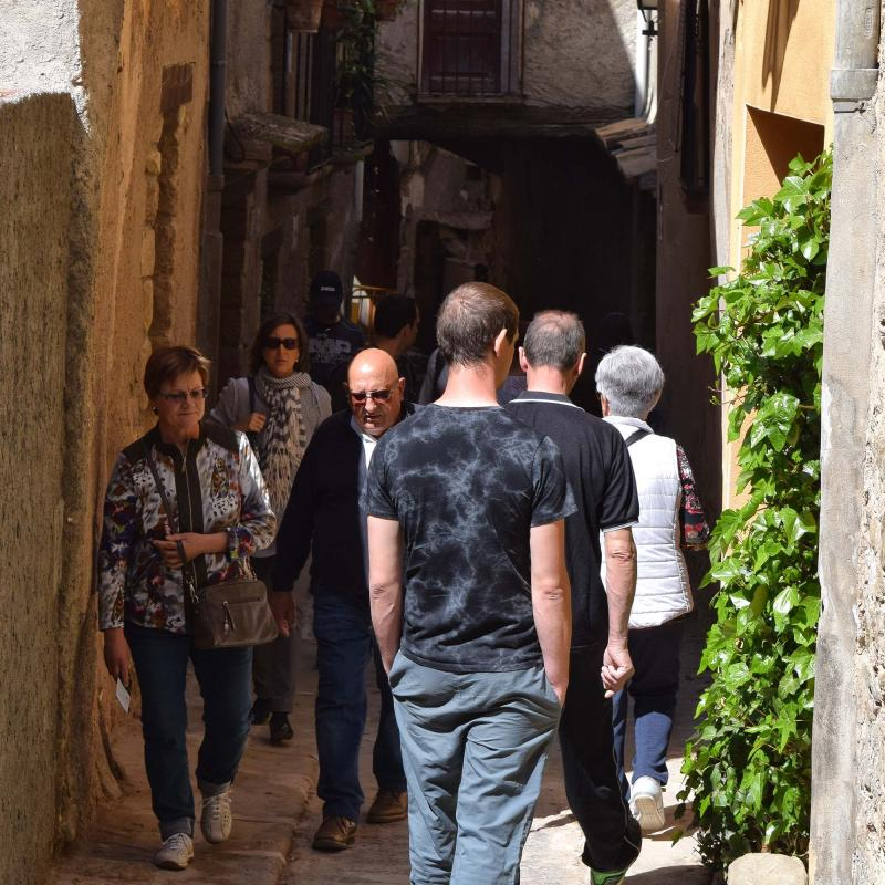 14.04.2017 Gent passejant pels carrers  Torà -  Ramon Sunyer