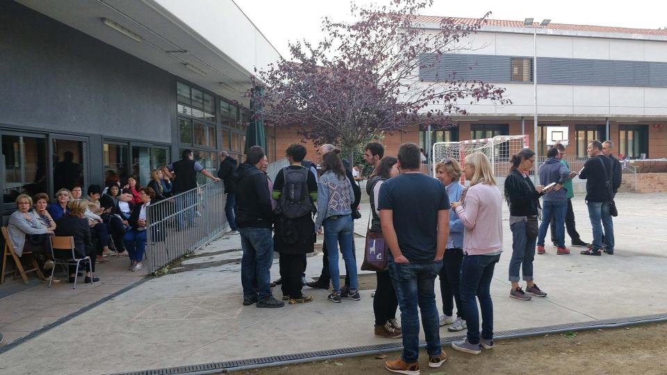 01.10.2017 cues per votar a la tarda  Torà -  Ramon Sunyer