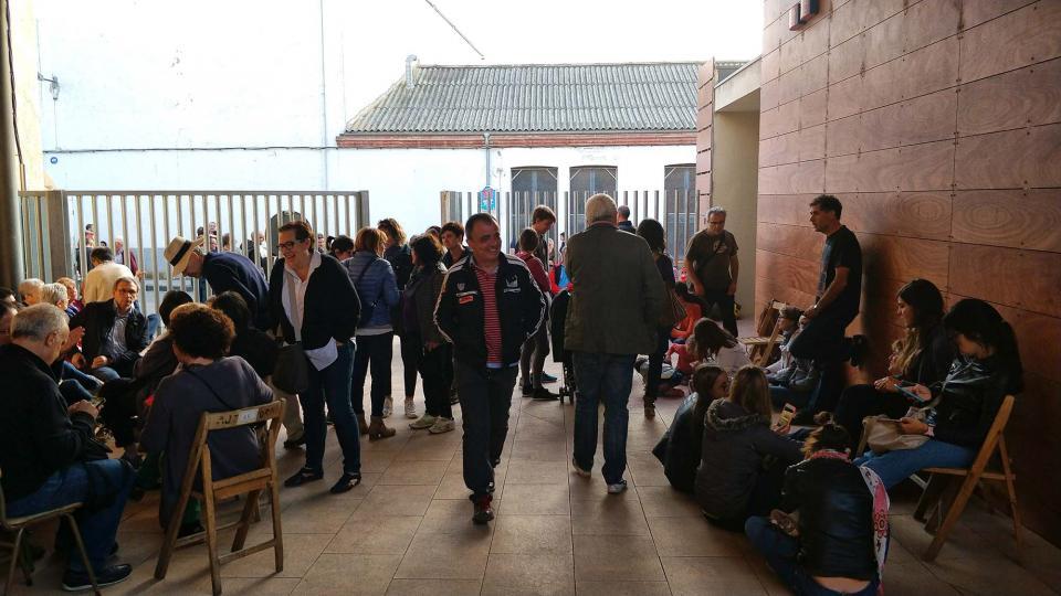 01.10.2017 Molta gent defensant la urna  Torà -  Ramon Sunyer