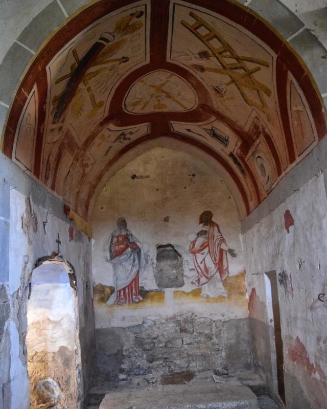 Detall d'un altar lateral policromatamb escenes de la vida de la Verge i dels Sants - Llanera