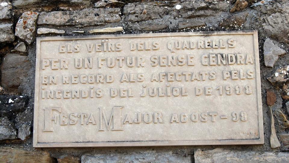 18.08.1998 Els veïns van col·locar aquesta placa recordatòria el mateix any per la festa major  Els Quadrells -  Ramon Sunyer