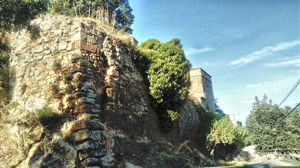 Es desprèn part de l'antiga muralla medieval de Torà -