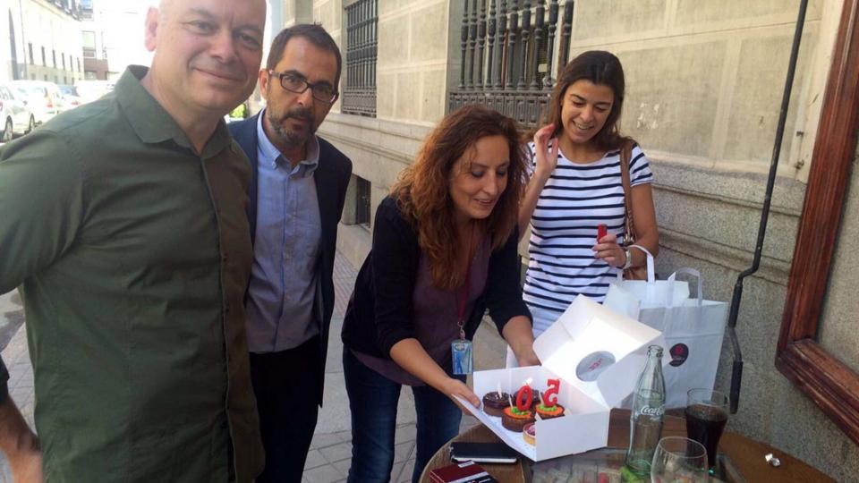 Montse Oliva celebrant el 50 aniversari amb companys periodistes - Madrid