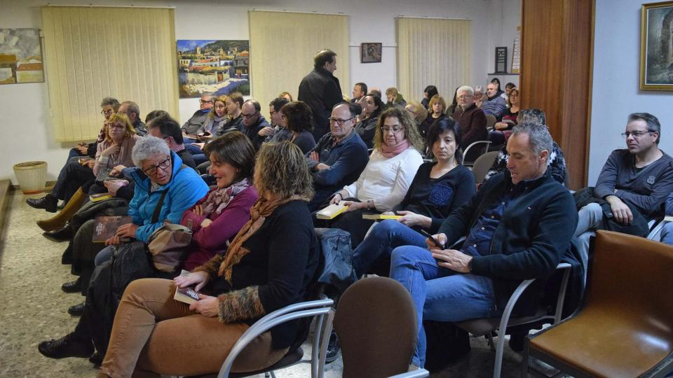 El públic va omplir la sala de la presentació del llibre 'Amb samfaina o sense' - Torà