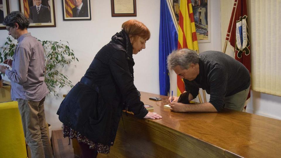 Josep Anton Vilalta signant el llibre - Torà