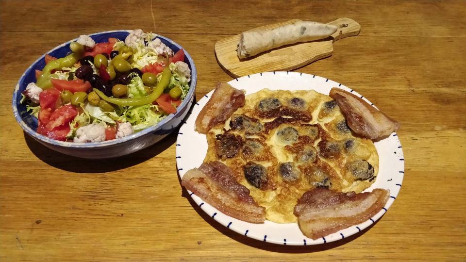 Truita de botifarra acompanyada amb cansalada i amanida de bitxo i bròquil confitats