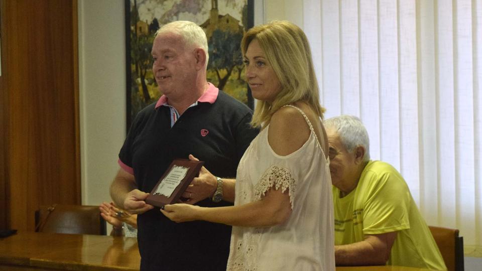 29.08.2019 Lluís Cardona recull la placa commemorativa del Club de Bitlles Torà  Torà -  Ramon Sunyer