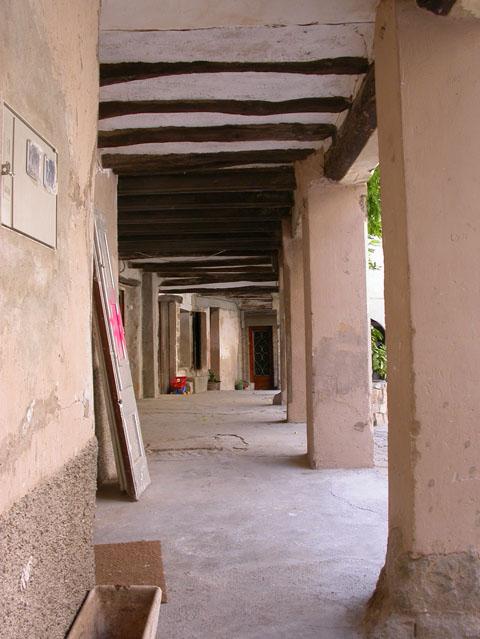 02.09.2005 Plaça Esglèsia: detall porxada  Torà -  Ramon Sunyer