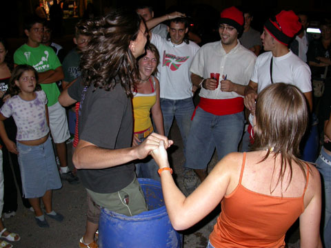 02.09.2005 Ballant dins un bidó  Torà -  Ramon Sunyer