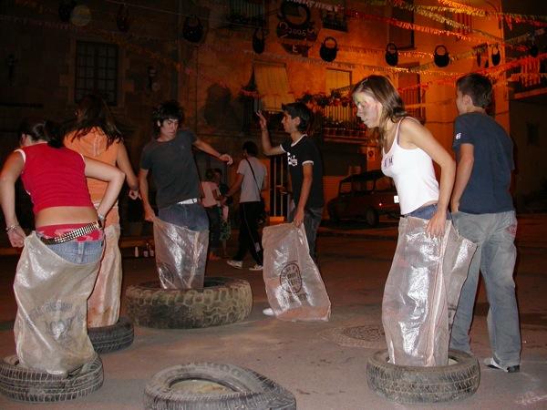 02.09.2005 De roda a roda saltant amb sac  Torà -  Ramon Sunyer