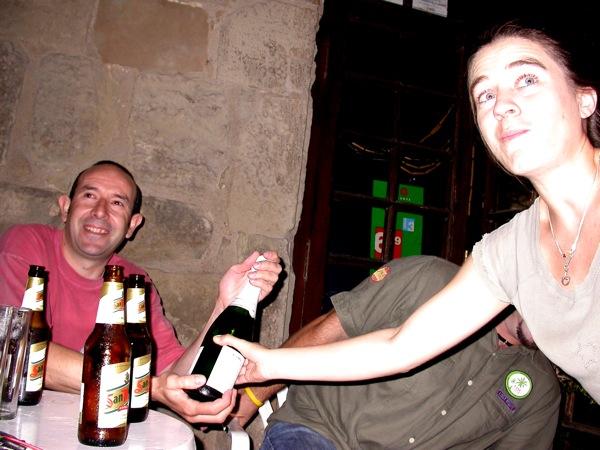 02.09.2006 La Cèlia entrega un premi de consolació a un representant de la parella que vam atabalar  Torà -  Ramon Sunyer