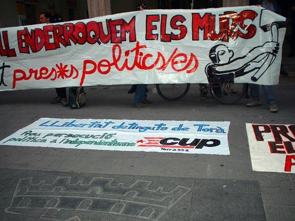 29.04.2003 Concentració davant l'Ajuntament  Terrassa -  Alerta Solidària