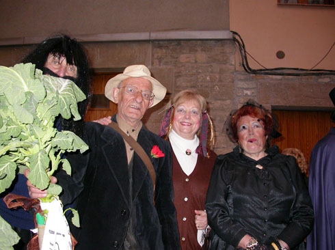 22.02.2003 Detall de comparsa: rera la col el Ramiro, el Pep de Jovans, l'Antonia de ca la Felicia i la Maria de cal Sala  Torà -  Ramon Sunyer