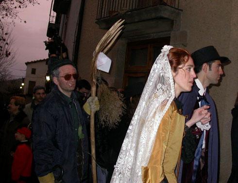 22.02.2003 El Bonic i la Bonica escortats per l'uxier  Torà -  Ramon Sunyer