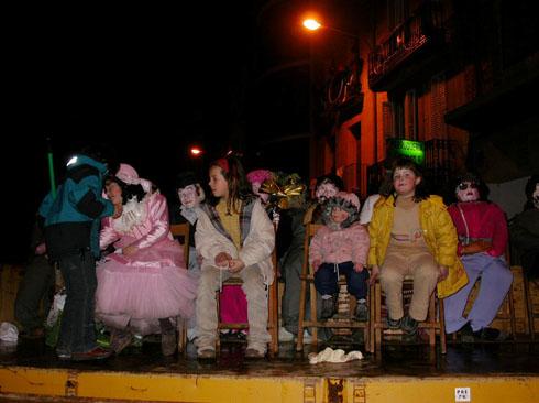 22.02.2003 Nenes posant amb els absents  Torà -  Ramon Sunyer