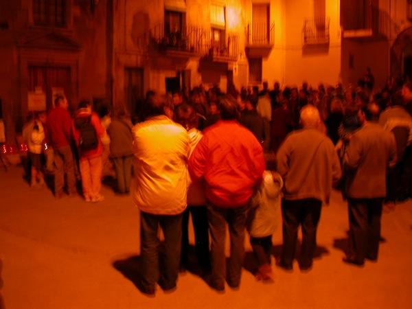 16.04.2003 La gent es concentra   Torà -  Ramon Sunyer