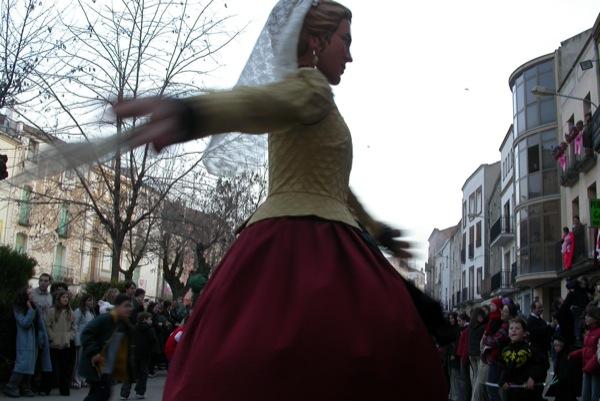 14.02.2004 La geganta Bonica dansant  Torà -  Ramon Sunyer