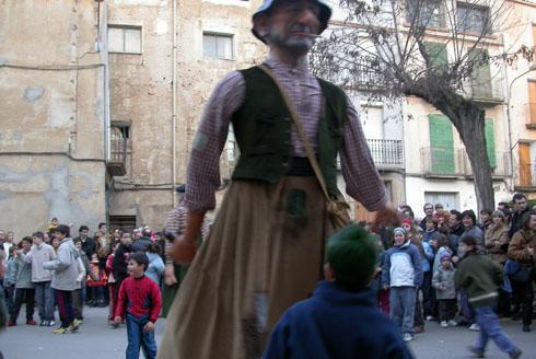 14.02.2004 El gegant Brut fent córrer la canalla  Torà -  Ramon Sunyer
