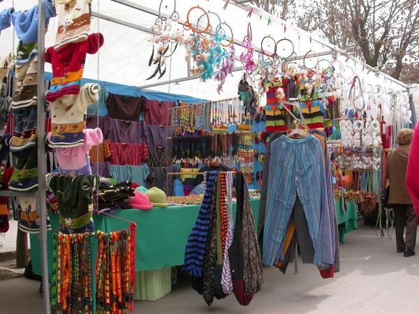 25.03.2005 Una altra parada amb roba, aquesta de tipus andina  Torà -  Ramon Sunyer