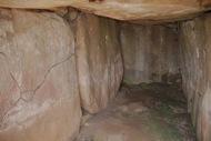 Llanera: Dòlmen de la Torre dels Moros: pel solstici d'hivern la llum toca al mig de la pedra del fons i a les dues dels costats
