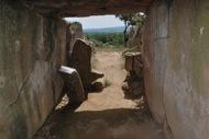 Llanera: Dólmen de Llanera: les lloses laterals pesen unes 5 tones