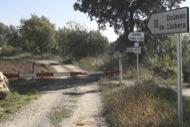 Llanera: Senyalització errònia. Recentment l'ajuntament de Llobera ha senyalitzat el dolmen de llanera coma a propi, quan realment pertany a l'antic terme de Llanera, avui agregat a Torà.  Xavier Sunyer