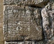 Llanera: Castell de llanera. Embleman dels Vilaró, senyors del castell, grafiat en una cantonera del mas. Els Vilaró eren molt recelosos del seu llinatge, per això en deixaven constrancia en els seus edificis.  Xavier Sunyer