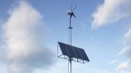 Detall dels panells solars i eòlic del radar de Biosca