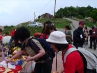 Ardèvol: Arribats a Pinós els caminats prenen una peça de fruita  Xavier