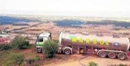 Un camió cisterna ompliint un dels dipòsits d'aigua de Torà aquest estiu