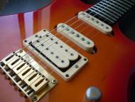 Detall de les pastilles d'una guitarra elèctrica actual