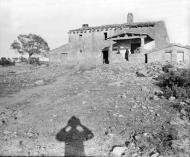 Vallferosa: L'església de Santa Maria de Vallferosa amb algunes persones al porxo  Cèsar August Torras