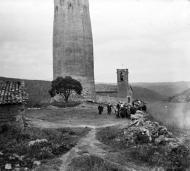 Vallferosa: Grup de gent al peu de la torre de Vallferosa i al fons l'església de Santa Maria  Cèsar August Torras