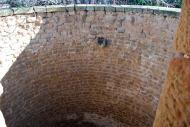 Plandogau: Interior de l'aljub de pedra picada  Ramon Sunyer