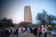 Visitants a redós de la torre