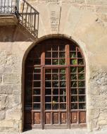 Torà: portalada de l'hostal  Ramon Sunyer