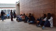 Torà: Molta gent defensant la urna  Ramon Sunyer