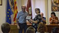 Torà: Rosa Bagà recull la placa en nom de l'APACT  Ramon Sunyer